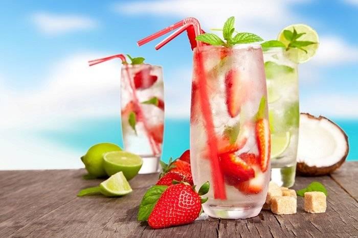 Охлаждающие напитки в жару: лучшие рецепты с лимоном, клубникой, мятой, на основе минералки