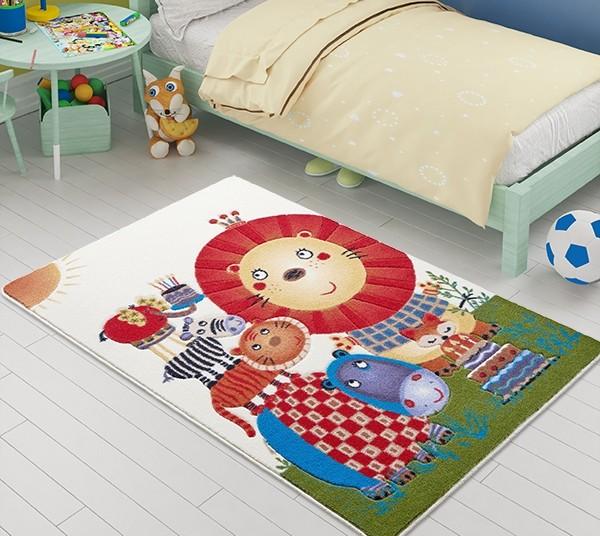 милый коврик на полу в спальне ребёнка