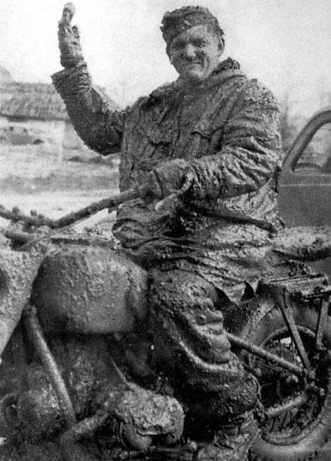 Немецкий мотоциклист на российских дорогах. 1941 г. Великая Отечественная Война, архивные фотографии, вторая мировая война