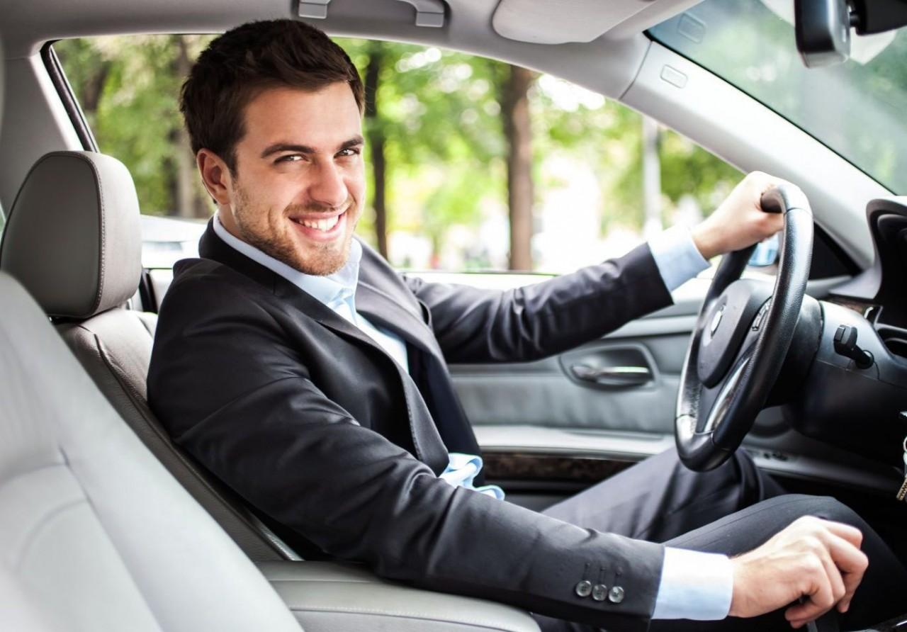 Картинки молодой человек едет на машине