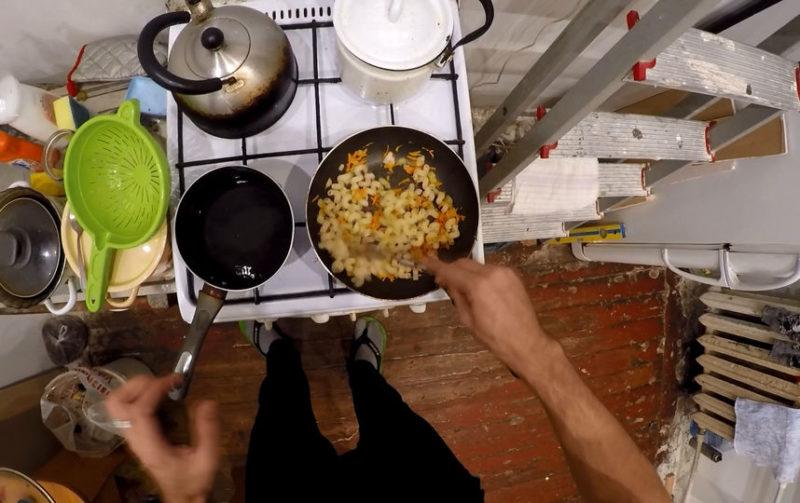 Парень из Санкт-Петербурга показал, как можно приготовить обед за 10 рублей