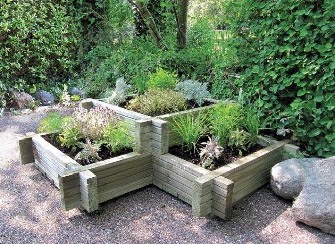 Аккуратная многоуровневая грядка с деревянным ограждением прекрасно подойдет для любого садового участка