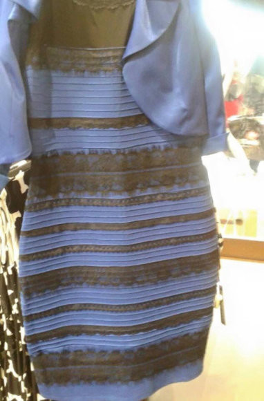 Какой цвет этого платья синие с черным, белое с золотым?(1 фото)