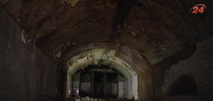 В Ужгороде мужчина начал ремонт, сбил плитку с пола и попал в винные погреба 17 века