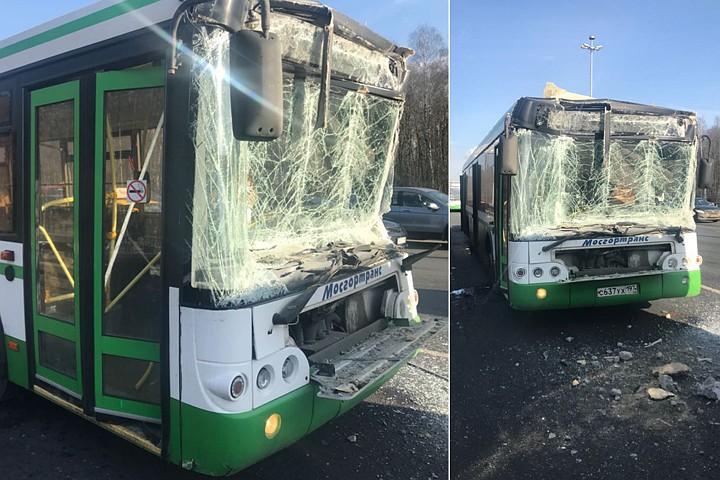 Рейсовый автобус в Москве столкнулся с грузовиком: девять человек пострадали