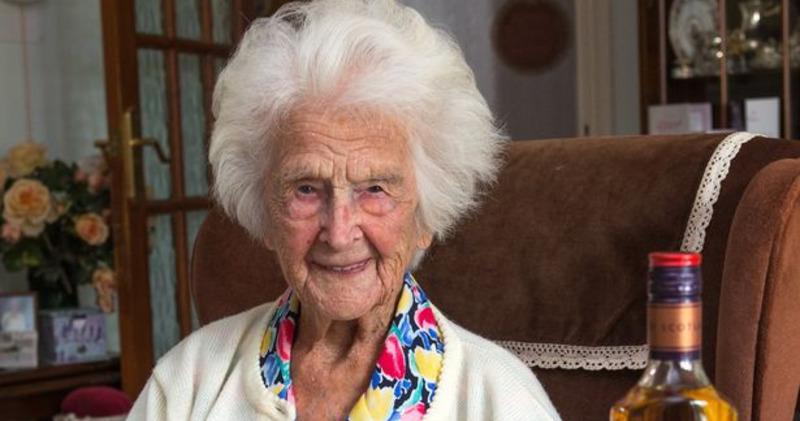 «Каждый вечер я пью виски»: 112-летняя старушка поделилась секретами своего долголетия