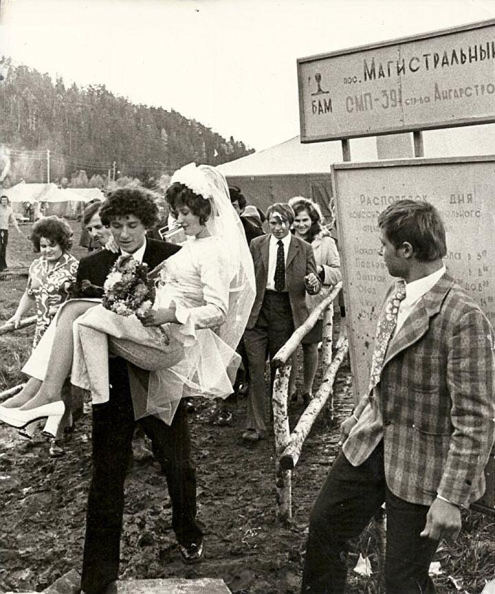 В палаточном городке Магистральный, несмотря на полевые условия, невесты не отказывались от белых нарядов. Их, конечно, носили на руках.