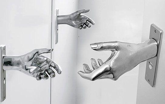 дверные ручки в виде руки Naomi Thellier de Poncheville