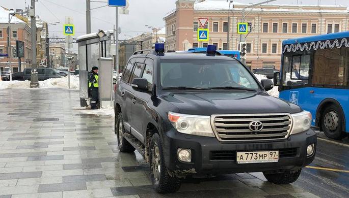 В Москве гаишник не стал наказывать оставленный на тротуаре внедорожник с номерами «АМР»