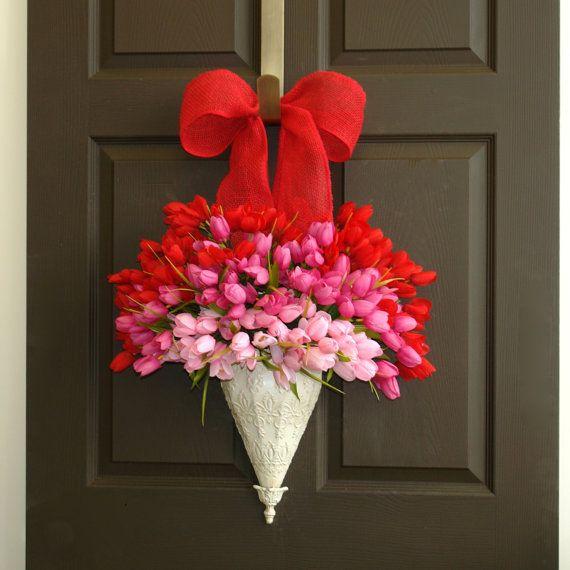 Корзина с цветами на входной двери
