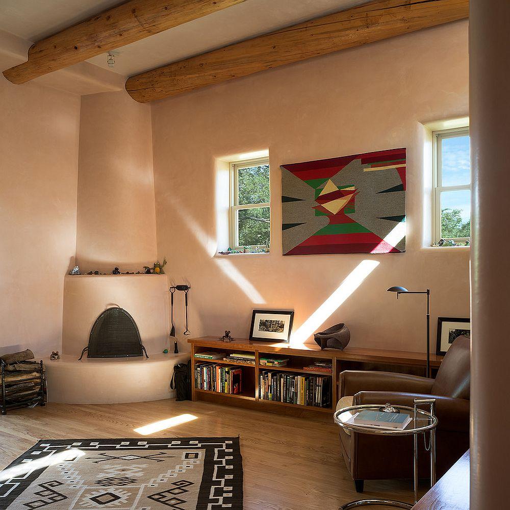 Домашний мини-офис с камином в деревенском стиле