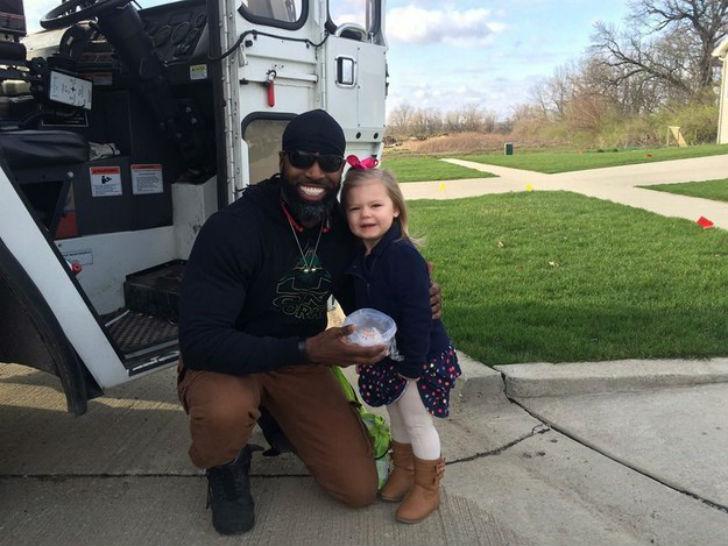 Мечта 3-летней девочки сбылась — на свой день рождения она познакомилась с мусорщиком