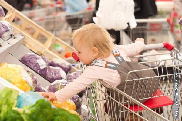 Тут разгорелся жаркий спор — можно ли ребенка сажать в тележку в магазине? Как считаете?
