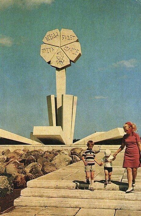 Восточный блок во всей его брутальной красе в коллекции советских открыток