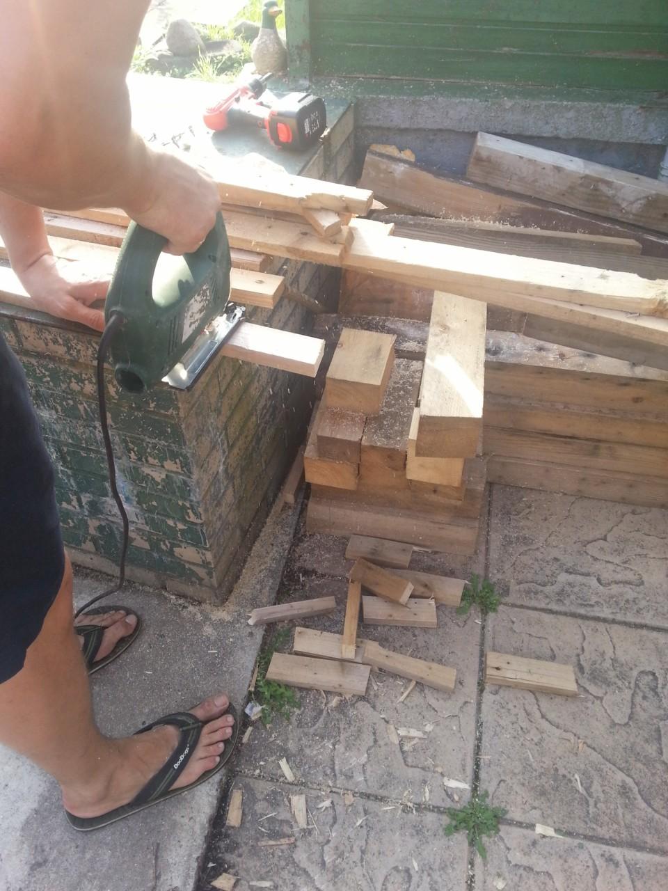 Идея отделки стены деревянной мозаикой. Дачный вариант