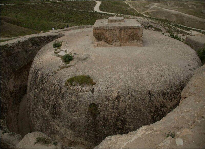 Обычно ступы возводили на поверхности, а эта вырезана в скале и как бы полностью в нее погружена, чем напоминает скальные христианские храмы в Лалибэле (Эфиопия) Ступа, Тахт-э Рустам, в мире, красота, мастерство, удивительно, факты