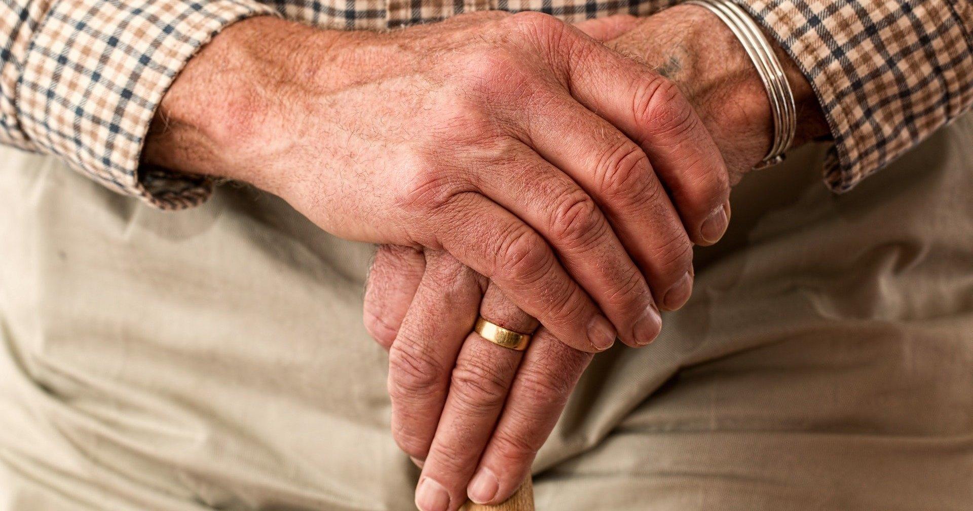 Деменция у пожилых людей: почему она развивается, как ее распознать и можно ли остановить