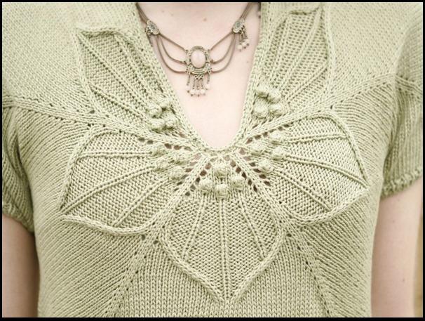 Очаровательный пуловер с цветком