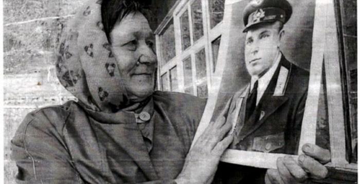 Племянница держит в руках фото Ивана Даценко