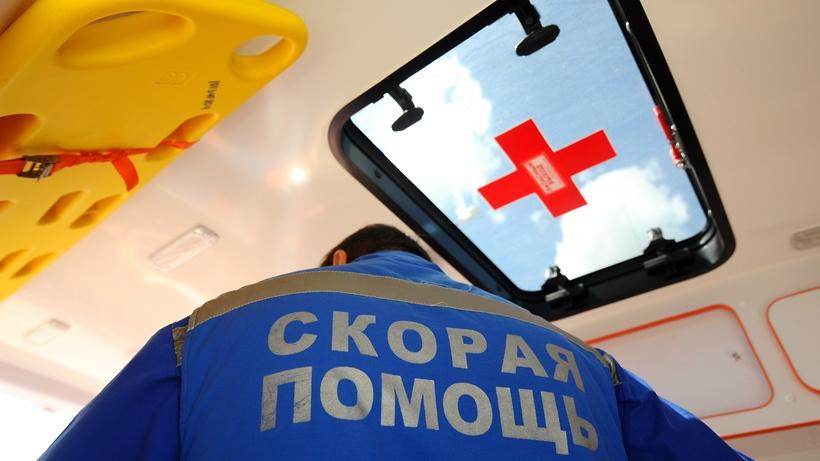 Раненую ножом в шею безработную женщину госпитализировали на севере Москвы