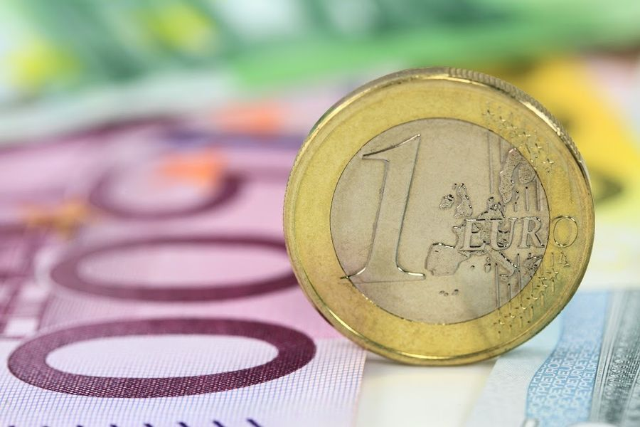 Курс евро упал ниже 61 рубля