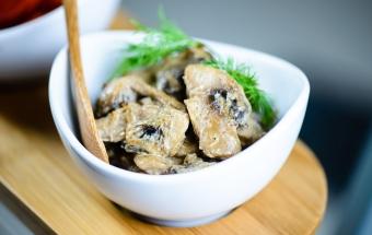 Жареные грибы с пряностями в сметане