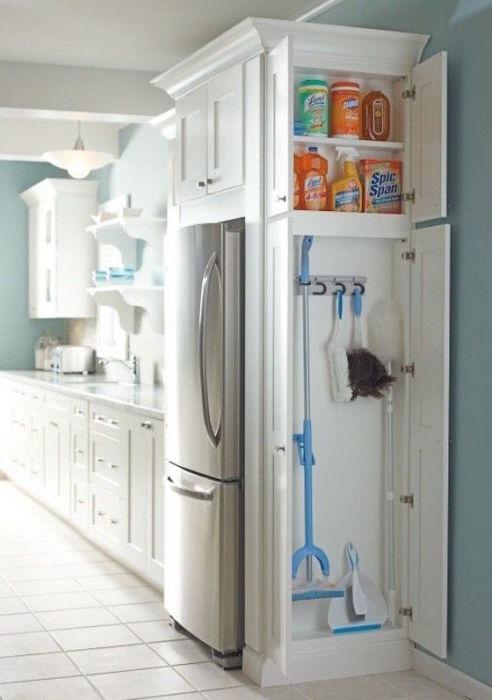 Небольшой шкафчик для хранения моющих средств и хозяйственных принадлежностей.