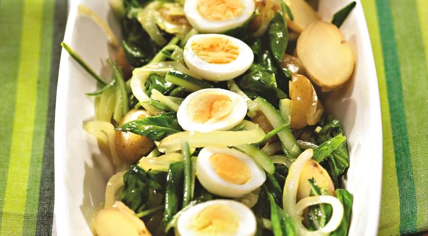 Картофельный салат с перепелиными яйцами и щавелем