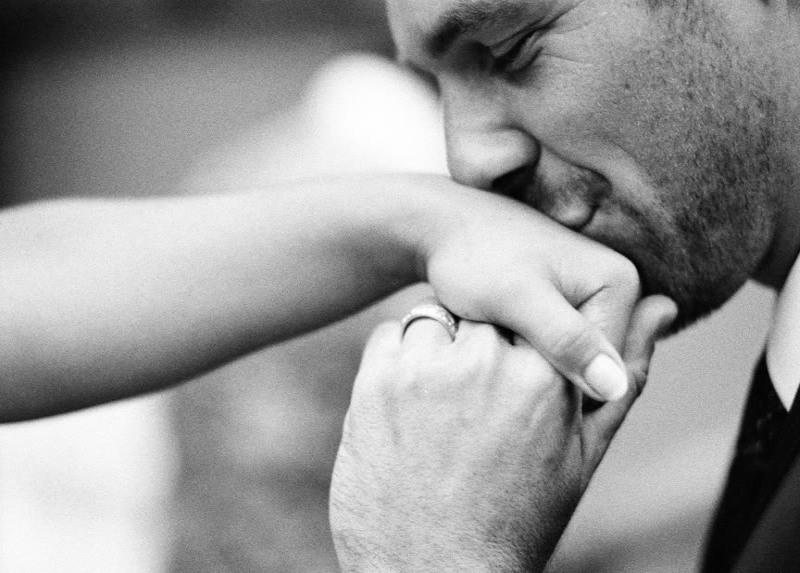 Картинки где мужчина целует руки женщине