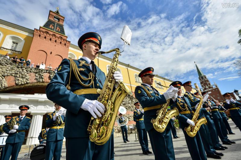 В парках Москвы будут играть военные оркестры