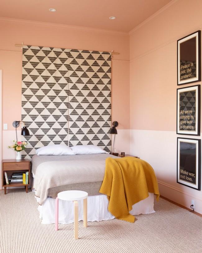 Полотно с геометричным рисунком в эклектичной спальне