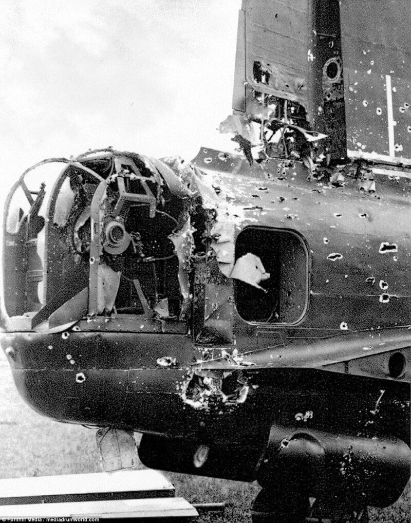 """Хвостовая часть британского бомбардировщика """"Стирлинг"""" BF517/AA:O из 75-й бомбардировочной эскадрильи, получившего повреждения в ходе ночного налёта на Дайсбург, в 30 милях к северу от цели. 26 апреля 1943 г. Великая Отечественная Война, архивные фотографии, вторая мировая война"""