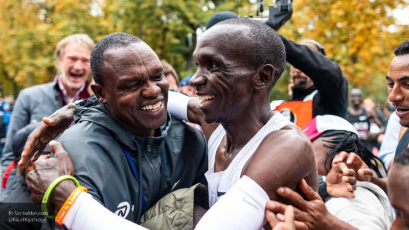 Кениец Кипчоге первым в мире пробежал марафон менее чем за два часа