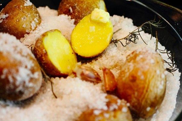 Картофель, запеченный в соли с чесноком и розмарином