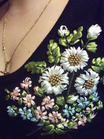 Нежная вышивка лентами: 20 удачных идей декора одежды и сумок