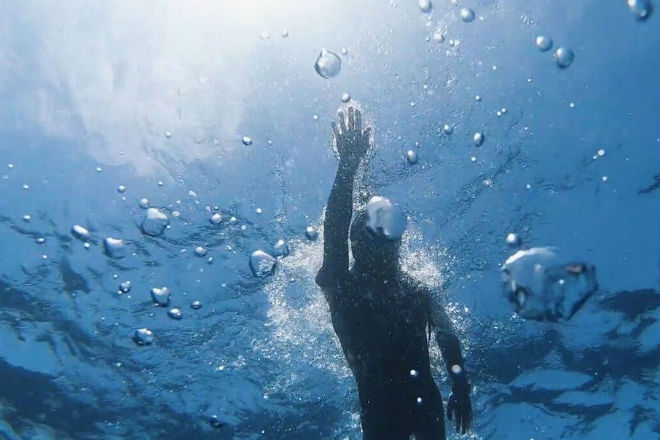 Через Тихий океан вплавь: француз начал эпический заплыв