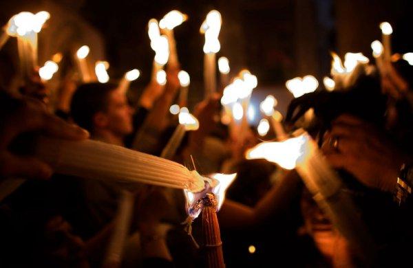 Священник Агоян заявил, что ничего мистического в происхождении Благодатного огня нет, зажигают от лампады.