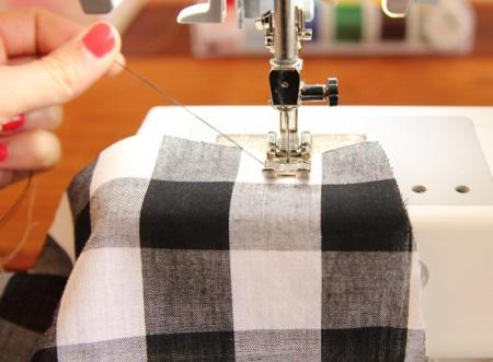 Как избежать «зажевывания» тонких тканей во время шитья