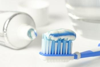 Стоматологи объяснили, зачем нужно смачивать щетку перед чисткой зубов