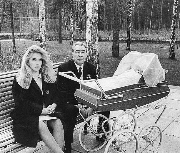 Вера Брежнева разместила семейное фото с дочкой и Леонидом Ильичом Брежневым