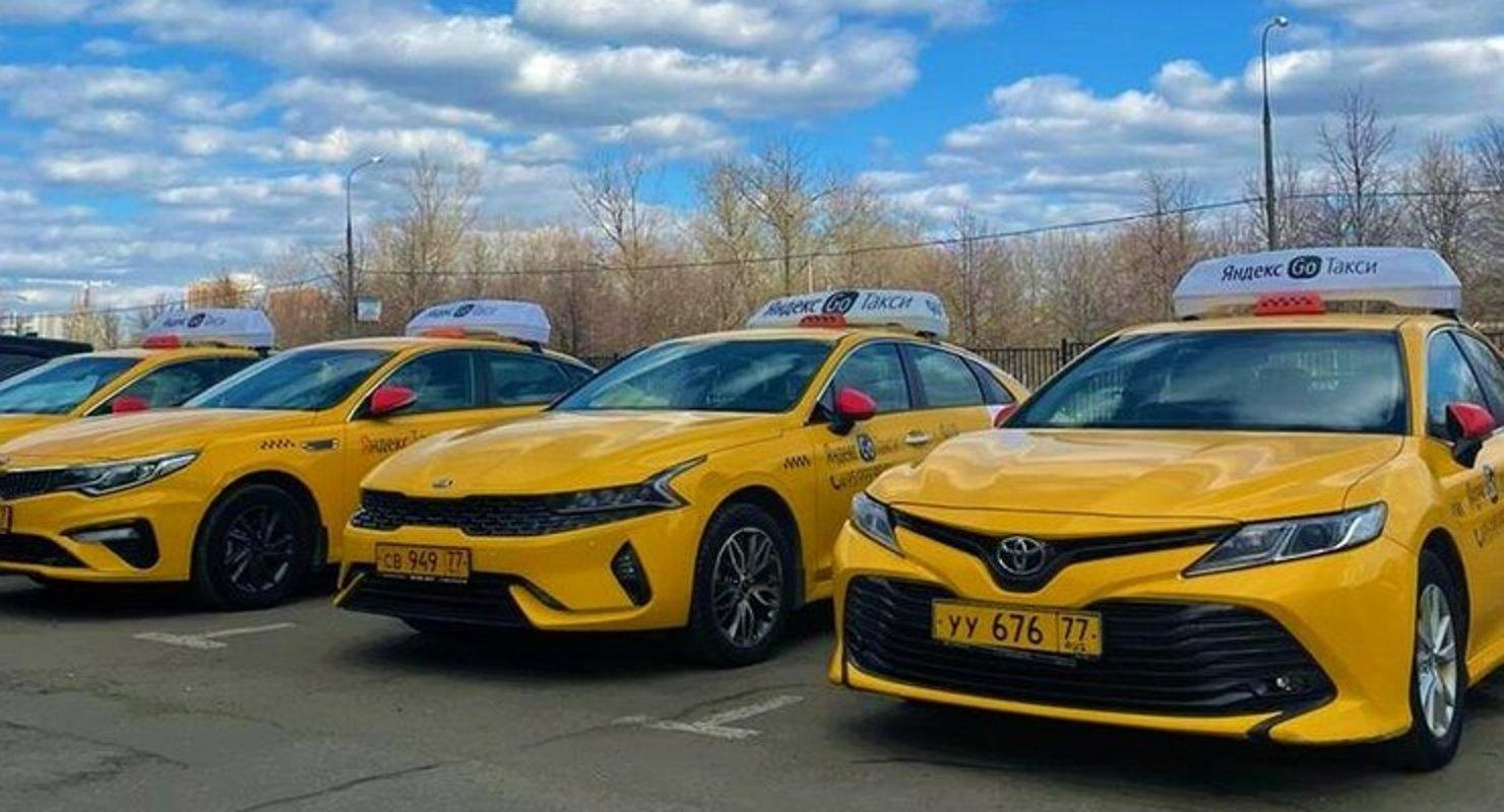 Почему таксисты все чаще выбирают Kia K5, а не Toyota Camry Автомобили