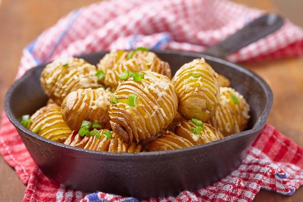 Картофель-гармошка, приготовленный на чугунной сковороде