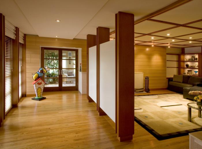 Замечательная перегородка разделила комнату на две части: прихожую и гостиную.