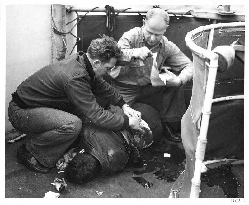 """Оказание помощи смертельно раненному радисту 3-го класса Юлиусу Т. Петрелле на борту корабля береговой охраны """"Спенсер"""". 17 апреля 1943 г. Великая Отечественная Война, архивные фотографии, вторая мировая война"""