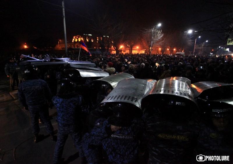 14 человек попали в больницы после столкновений у генконсульства России в Гюмри
