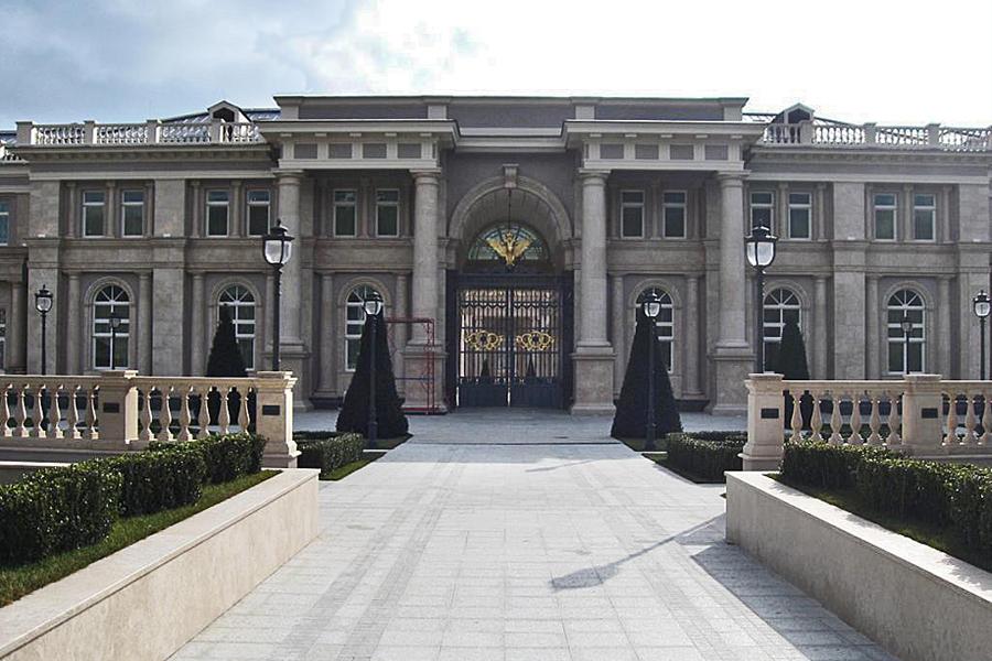 О принадлежности «дворца» от информированного лица