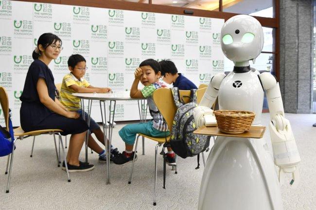Люди с ограниченными возможностями смогут управлять роботами-официантами роботы