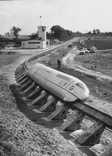 Монорельсовая дорога из 50-х, вероятнее всего Япония вагоны, железнодорожные, изобретения, поезда, рельсы, факты, фантазии