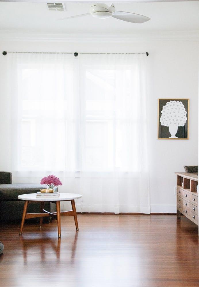 Элегантный интерьер квартиры - журнальный столик с деревянными ножками