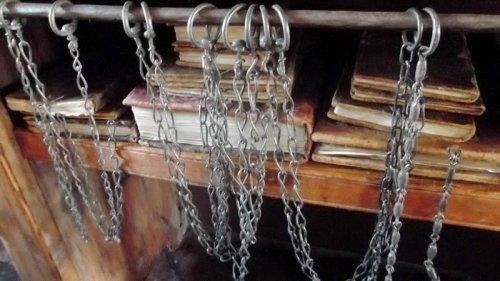Книги, прикованные цепями